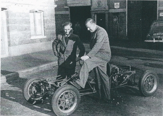 Lex Beels (rechts) bij zijn ontworpen racewagen