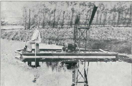 Bijzondere boot, vervaardigd door de heer T.van Wickevoort Crommelin te Heemstede-Berkenrode. De boot bestond uit twee cylinders met lucht gevuld, bij wijze van twee grote beschuitbussen, op een afstand van 1.25 meter en door een dek aan elkaar bevestigd; de lengte was 5.50 meter. De voortbeweging geschiedde door een vin in de lucht - zoals bij vliegmachines - en niet zoals bij andere boten door een vin in het water. Deze vin werd gedreven door een oude Peugeot-motor van ongeveer 15 H.P. De boot had een diepgang van niet meer dan 20 centimeter. De heer Van Wickevoort Crommelin zit op op deze foto zelf aan het stuur en verwachtte veel van zijn uitvindingen, maar voor zover bekend is het hij deze ene boot gebleven. (Oprechte Haarlemsche Courant, 6 december 1909).