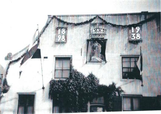 Versiering van het Oude Posthuis aan de Herenweg eind augustus 1938 ter gelegenheid van het 40-jarig regeringsjubileum van koningin Wilhelmina