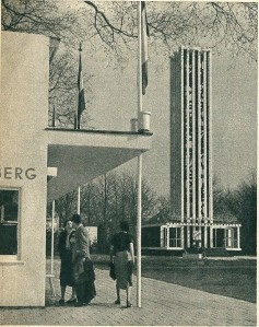 Onder de vele attracties van de Flora 1953 bevond zich een toren met carillon. Links daarvan bevond zich een imitatie-bloemenveiling waar de bezoeker zich van een boeketje kon verzekeren