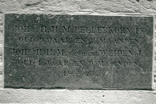 Eerste steen door J.H.H.M.Peeperkorn en J.H.H.M.van der Weiden, Bronsteeweg 2, 7 oktober 1875