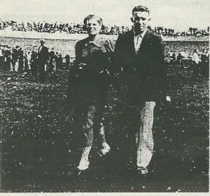 Baanrenner Gerrit van Wees met zijn echtgenote Marie Meijer uit Vijfhuizen op een foto 9 augustus 1937 genomen op het middenterrein van de Heemsteedse wielerbaan