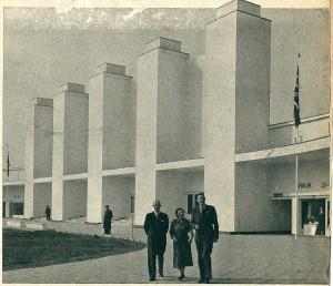 De imposante voorgevel van het gebouw waar bij de Flora 1953 de bloemententoonstellingen waren ondergebracjt. In twee vleugels aan weerszijden van de ingang bevonden zich de winkelgalerijen, waar een aantal Nederlandse industrieën en ondernemingen showruimte hadden gekregen
