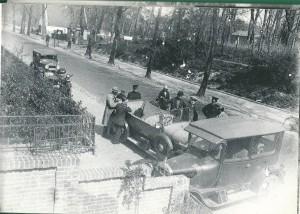 Een verkeersongeval in 1930 op de Herenweg tegenover de ingang van Groenendaal. Het bleef bij wat lakschade. Niettemin was de Heemsteedse Hermandad aanwezig met de agenten H.J.te Marvelde, Pronk en W. Uittenboogard. In het witte huis op de achtergrond bij de Torenlaan woonde agent IJtsma.