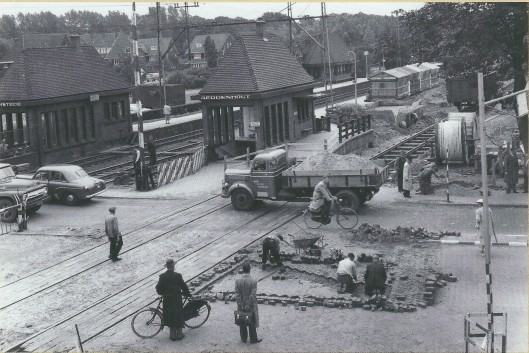 Foto uit 1956 van station Heemstede-Aerdenhout, in 1927 opengesteld nadat in 1872 in de zomermaanden met een tijdelijke halte in de zomermaanden aan de Zandvoortselaan was geëxperimenteerd. In 1958 is het huidige spporwegstation met hoogspoor gerealiseerd.