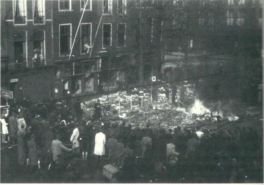 Een verbranding van NSB-boeken kort na de Bevrijding in 's-Gravenhage (NIOD)