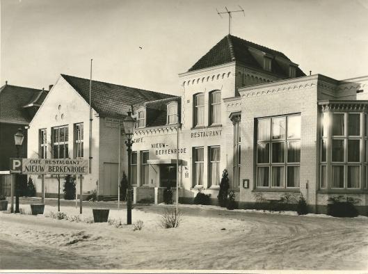 Café-restaurant Nieuw Berkenrode aan de Herenweg op een foto uit omstreeks 1960, voorheen het r.k. Vereenigingsgebouw