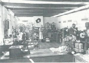 Interieur van schoenmakerij Kaptein in 1954. Midden-achter opricter Teun Kaptein