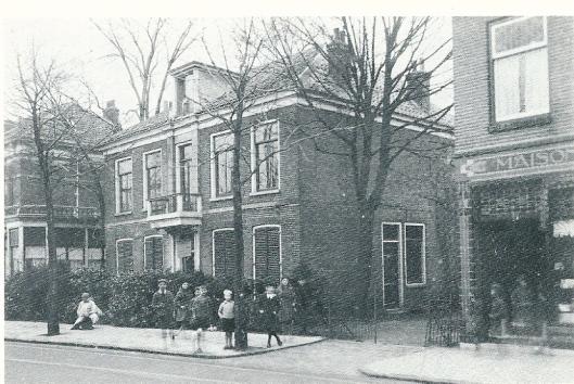 Het grote huis in het midden heette 'Landzicht'en is o.a. als pension gebruikt door Fakkeldij. Links daarvan sinds 1930 de Heemsteedse Apotheek. Daarvoor dokterwoning van o.a. dr. Klaas Prins en zijn gezin onder wie Apie Prins (avonturier, globetrotter en auteur van de autobiografie 'Ik m'n eige baan'). Helemaal rechnhts een deel van de banketbakkerswinkel Maison Draaisma. Circa 1923 begonnen door J.M.Draaisma Senior. Op het laatst gerund door de eer Bronkhorst die al in de zaak werkte. Vanaf 1975 winkel van 'de Beddenspecialist' en vandaag de dag een filiaal van Nelson Schoenen.