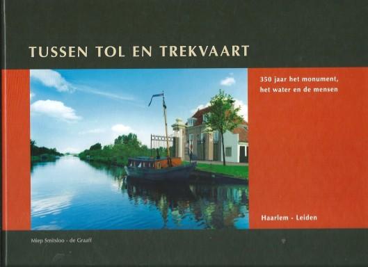 Voorzijde van boek: Tussen tol en trekvaart door Miep Smitsloo-de Graaff (2007) met afbeelding van Leidse tolhuis en tolpoort in Warmond