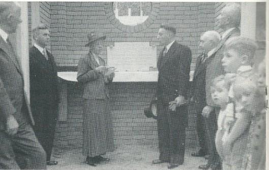 Eerste steenlegging van Gereformeerde Kerk Bennebroek in 1939 door freule A.L.Willink