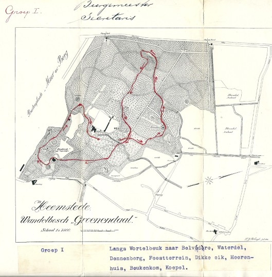 Groep 1 onder leiding van burgemeester Van Lennep en secretaris Swolfs begon bij de wortelbeuk en eindigde bij de koepel.