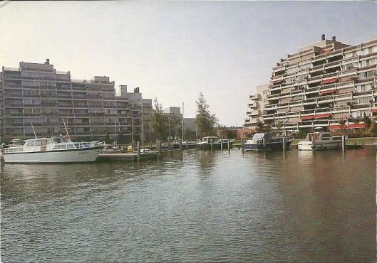 Appartementen Spaarneborch gebouwd door Piet Koster met jachthaventje