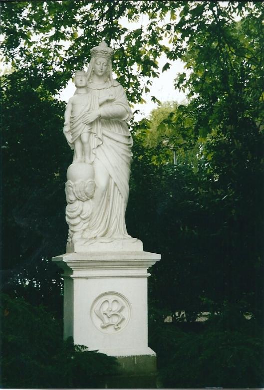 Beeld van Maria met kind in de tuin van het Sint Luciaklooster