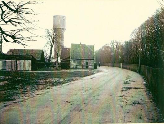 De Cloosterweg op een foto genomen op 14 januari 1930 met de uit 1909 daterende watertoren op de achtergrond.