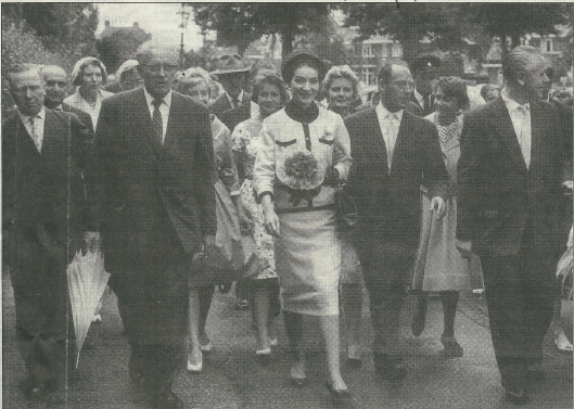 Mari Callas op 12 juli 1959 via de Bronsteeweg op weg naar de studio in de Overbosstraat. Links haar echtgenoot Meneghini en rechts Ger Oord van Bovema- Heemstede
