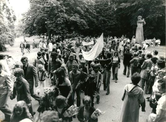 Deelnemers aan de Avondvierdaagse Heemstede passeert de Vrijheidsdreef in 1982