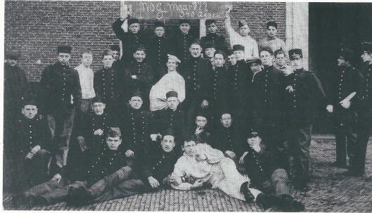 Foto uit 1914 tijdens de mobilisatietijd in de Koudenhornkazerne te Haarlem met volgende Heemstedenaren: J.Medenblik, M.Heemskerk, J.Vos, J.Moore, Van Ekhout, P.Daniëls, W.Preijde en J.Graaimans