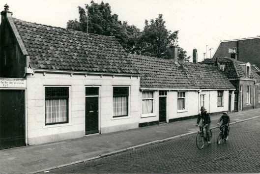 Links werkmansplaats Gebr. Van Vessem. De panden Raadhuisstraat 79-81 zijn gesloopt. In 2010 bakkerij Van Dijk. Op nummer 83 rechts aannemer Van den Berg