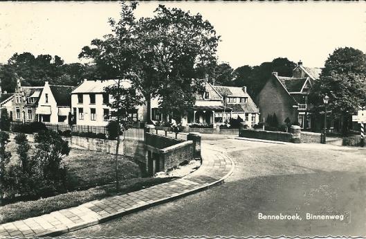 Stenen brug over de Bennebroekervaart naar de Binnenweg met huis 'de Grave Tromp' en wat verderop een huis met trapgevel