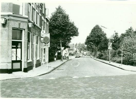 De Kerklaan, gezien vanaf de Raadhuisstraat op een foto uit 19180. Links café 'De Eerste Aanleg', vroeger ook 'Het Centrum' geheten.