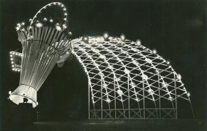 Verlichte bloemenmand op de brug Zandvoortselaan