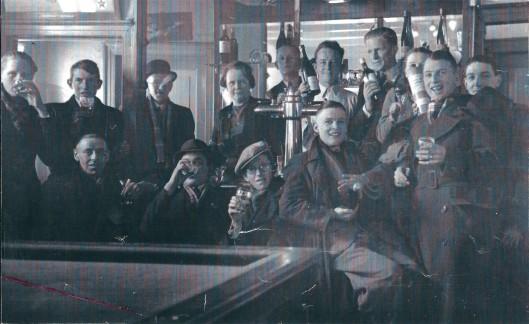Het thans gesloopte café van Siem Mulders met biljart aan de Camplaan. Voordien van Joop Oolders die in 1938 naar 'Het Wapen van Heemstede' vertrok, opgevolgd door de Paus. Voorste rij v.l.n.r.: Henk Leuven, Jan Peperkoorn, Willem v.d. Peijl, Aart v.d. Eijken, Harry Drayer (met glas in de hand),. Achterste rij: Leo v.d.Peijl, Theo Bruin, onbekende, Dora Mulders-Doesburg, Siem Mulders, Henk van Galen, Niek Kersten, Agatha Pijpers en Cock de Regt. Allemaal HBC-supporters volgens Michel Martin.