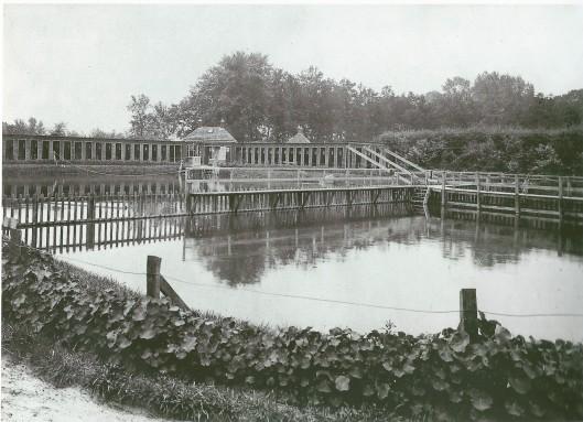 Na aankoop van Groenendaal is een stuk grond aan de Glipper dreef in 1915 bestemd voor zwemvijver. Twee jaar later is een tweede bassin gegraven met een scheiding voor mannen en vrouwen. Tweemaal per jaar was gemend zwemmen toegestaan. Het vrijgekomen zand is gebruikt voor verbreding van de weg en de algemene begraafplaats. In 1965 zijn de vijvers gedemt toen een nieuw zwembad aan de Sportparklaan in gebruik werd genomen.