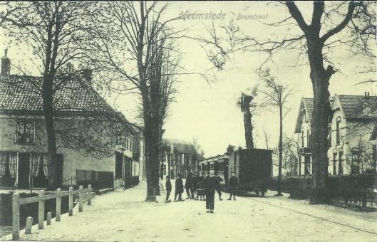 De Camplaan omstreeks 1900 met de stoomtram. Links restaurant Van Ree en rechts de door Van Amstel gebouwde witgepleisterde huizen