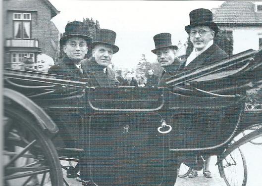 Het Oranjecomité van Heemstede in 1960 voor het raadhuis met links vooraan de heer Oscar Brink, destijds bekend wijnhandelaar aan de Zandvoortselaan. Hij was ook gemeenteraadslid van 1946 tot 1962