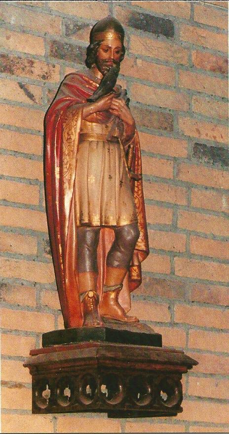 Beeld van Sint Bavo met valk in de kerk