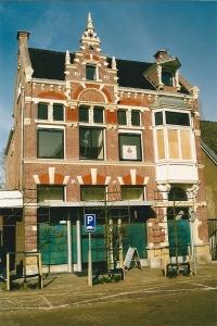 Raadhuisstraat 27, laRiva, zoals in 2 gevelstenen aangebracht in 1889 gebouwd (als postkantoor) door architect Johannes Wolbers (foto Cees Peper)