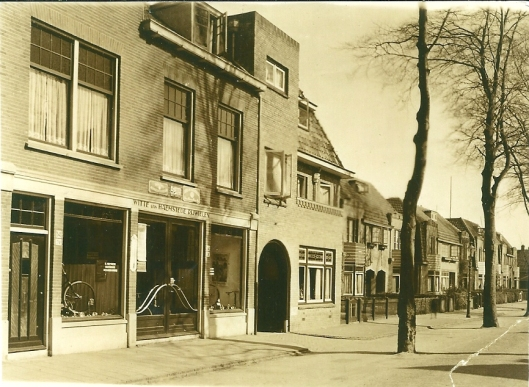 Noordzijde van de Koefdiefslaan op een foto uit 1932 met linls de rijwielzaal 'Witte van Haemstede' van de familie Heemskerk