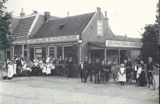 Café-billard 'de Kastanjeboom' op de hoek van de Kastanjelaan en Binnenweg was vanouds een populair dorpscafé. Eigenaar Arie Verdonschot staat hier naast zijn fiets met op het zadel Arie junior, die later naast het café een fietsenzaak begon en ook zo'n 40 jaar een taxibedrijf had. Voor het etablissement staan vele telgen uit de geslachten Verdonschot en Van bakel (die een stoffeerderij had naast het café). De jongen zittend op de kar is een jeugdige Harke de Jong, die met zijn kar melk rondbracht. Helemaal links bij dit groepje staat de latere komiek en muzikant Co Bos. Het afgebeelde pand werd later afgebroken en op deze plaats begin Arie Verdonschot jr. zijn rijwielzaak.