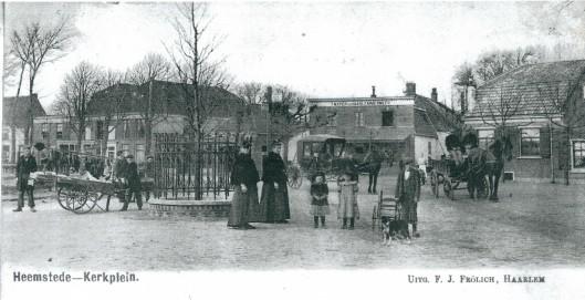 Kaart uit omstreeks 1900 van het Kerkplein (Wilhelminaplein) met café het Wapen van Haarlemmermeer. Links de Camplaan.