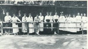 Na 1913 vonden activiteite op Koninginnedag plats op de weilanden van Groenendaal Vrijwilligers (vooral dames) die bij de activiteiten meehielpen poseren hier voor de fotograaf in 1919