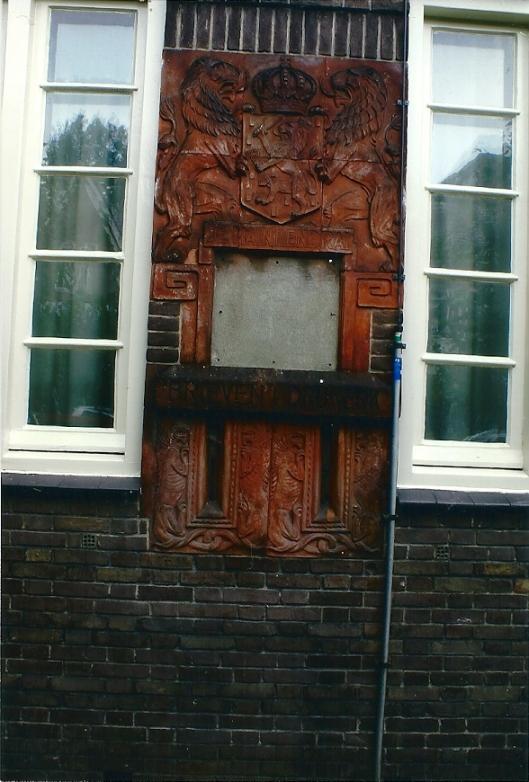 Het tweede postkantoor in Heemstede werd in 1921 gebouwd op de hoek van de Raadhuisstraat en de Postlaan. Het was een ontwerp van de architecten J.T.J.Cuypers en P.Cuypers. Het postkantoor had een fraaie brievenbus, die is opgebouwd uit 14 delen. Vermoedelijk gebakken van terracotta. Toen het postkantoor buiten bedrijf werd gesteld, moest de brievenbus worden gesloten, omdat alleen vanuit het kantoor was te openen. De fraaie bus was decennia lang aan het oog onttrokken door eerst een gietijzeren en later meer modernere busen van PTT en TPG. In 2007 zijn de rode TPG-brievenbussen vervangen door de oranje exemplaren van TNT. De nieuwe bus is aan de rand van de stoep geplaatst, waardoor de prachtige oude bus weer zichtbaar is geworden. (V.C.Klep, 2007)