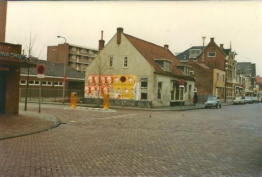 In mei 1975 afgebroken oud huis aan de Raadhuisstraat, hoek Provinciënlaan.