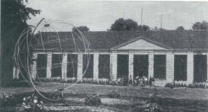 De fraaie oranjerie van Meer en Berg , ontworpen door architect Daniël Marot, dateerde uit 1732 en is in 1953 helaas gesloopt. De tympaan boven de hoofdingang bevatte een ingegraveerde zonnewijzer.