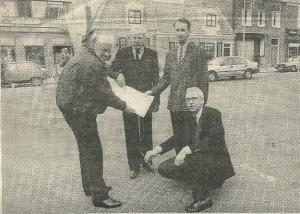 De werkgroep Dorpspomp in april 1988 bij de plaats waar de dorpspomp zou verrijzen. Van links naar rechts: Vic Klep, Leo Zwarter, Hans Krol en Edward van der Zwaag. Ir. Willem Kraayenga ontbreekt.