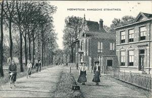 De Herenweg met rechts het kantoor van kwekerij Rozenburg begin 20ste eeuw