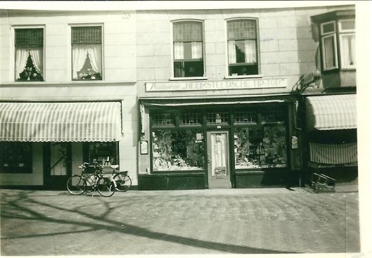 Parfumerie Tip-Top. Daarnaast Raadhuisstraat 92 was lange tijd een levensmiddelenwinkel gevestigd