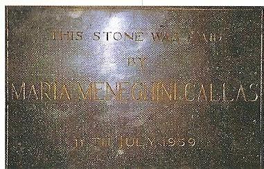 De 'eerste steen' gelegd door Maria Callas-Meneghini. Volgens de steen 11 juli 1959, maar in werkelijkheid 12 juli omdat het op de geplande dag koud weer was en zij bang was kou te  vatten zodat ze 's avonds niet in Amsterdam zou kunnen optreden