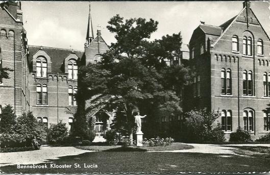 Klooster Sint Lucia met een beeld van Christus. Uitgave van 'de Bazar' in Bennebroek