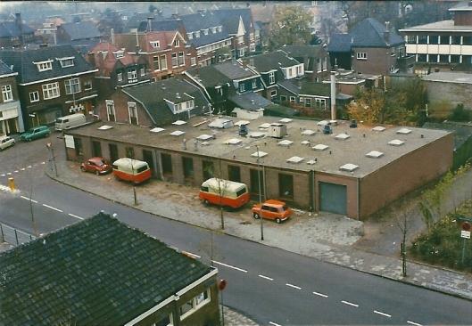 Wasserij 't Raadhuis van Van der Weiden op de hoek van de Raadhuisstraat en Provinciënlaan. Op de achtergrond de aanbouw van het raadhuis. De wasserij verhuisde naar Vijfhuizen.