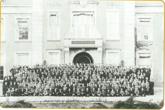 Het docentenkorps en alle leerlingen van het kleinseminarie Hageveld gefotografeerd in 1935 (NHA)