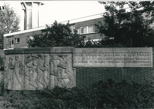 'De Levensgang' (1930) door H.A.van den Eijnde met een citaat van Joost van den Vondel (foto Vic Klep)
