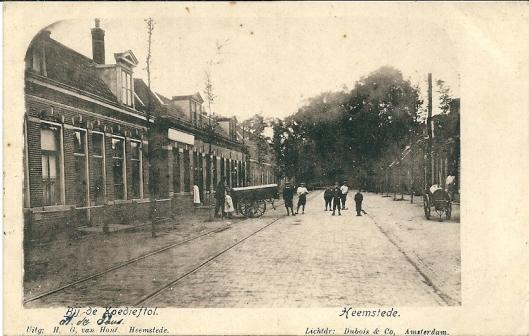 Deze kaart van de Binnenweg bij de Koediefstol werd in 1912 vanuit Heemstede verzonden aan de jongeheer H.Peeperkorn, p.a. de heer Hb. peeperkon, Blekersvaart Heemstede