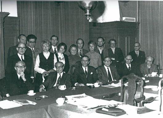 De gemeenteraad van Heemstede in 1973. V.l.n.r.: achter: de geren C.R.Kirschbaum, dr.J.K.van den Briel, dr. J.de Ruiter, ing. M.J.M.van der Hulst, ing. B.van Tongeren, mr.M.J.E.M.Jager en mr. C.M.van Emmerik. Tweede rij: H.H.Rücker, mw. mr.A.J.Snoep-Mook, mw. F.Diel-Kroese, mw. mr.A.JG.Gaasterland-Braaksma en mw. drs. P.M.J.van Hoeken-Klinkenberg. Zittend: de wethouders G.J.Willemse en mr.O.H.van Wijk, burgemeester jhr.mr.W.H.D.Quarles van Ufford, secretaris mr. J.M.Kruitwagen en de wethouders H.H.van Ark en H.J.Verkouw.