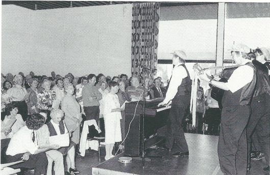 Traditionele samenzang onder leiding van Leny van Schaik in de burgerzaal van het raadhuis van Heemstede, Koninginnedag 1994